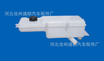东风天锦塑料水箱。副水箱